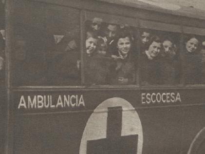 Varias personas evacuadas de Madrid en una ambulancia escocesa