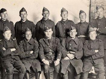 Varios voluntarios irlandeses posan junto a un oficial