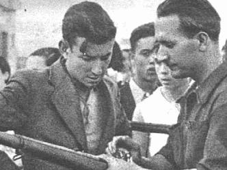 Un miliciano enseña a otro a disparar en la Guerra Civil
