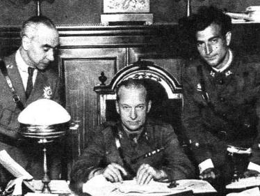López Ochoa, en el centro, en Barcelona en el año 1931. Junto a él están dos de sus ayudantes / Mundo Gráfico