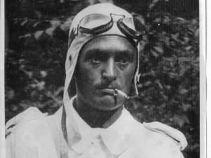 Ernesto Mónico con el uniforme de aviador
