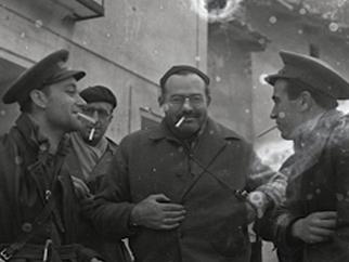 Hemingway conversa con dos militares republicanos durante la Guerra Civil