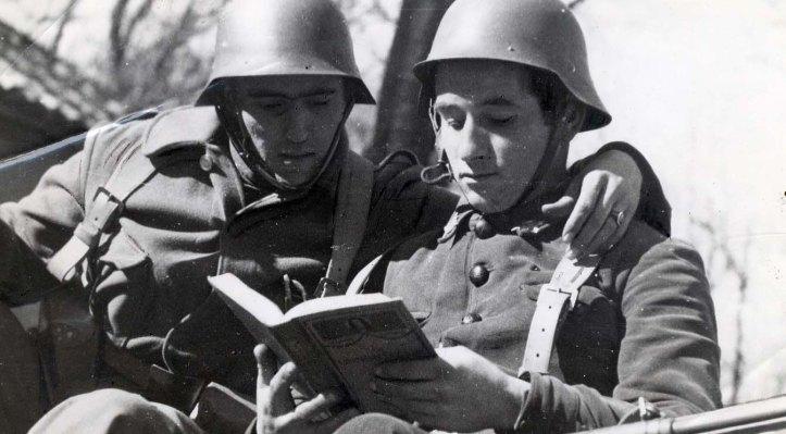 soldados leyendo.jpg
